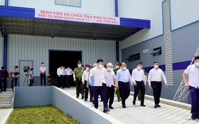 Chủ tịch nước Nguyễn Xuân Phúc đi thăm bệnh viện Bình Dương khu Thới Hòa.