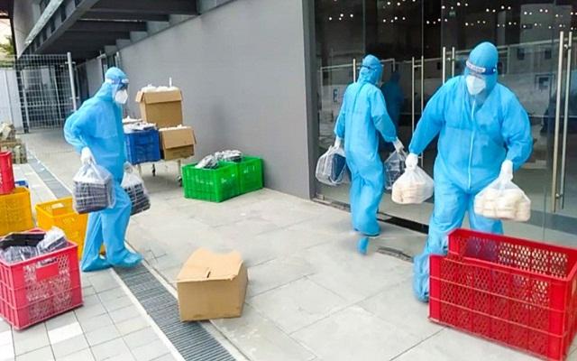 Đội ngũ cán cán bộ y, bác sĩ tình nguyện viên chuẩn bị mang thức ăn phục vụ F0 trong Bệnh viện.