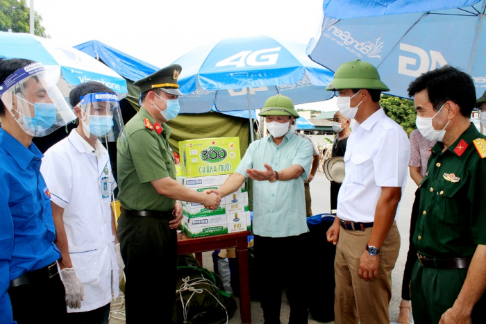 Chủ tịch UBND tỉnh Phú Thọ kiểm tra chốt kiểm dịch tại cầu Trung Hà