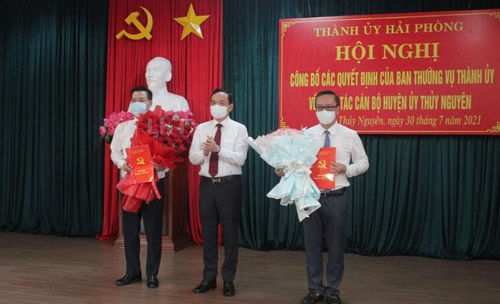 Đồng chí Trần Lưu Quang, Bí thư Thành ủy trao Quyết định và tặng hoa cho đồng chí Phạm Văn Thép và đồng chí Uông Minh Long