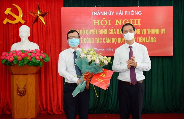 Đồng chí Đỗ Mạnh Hiến, Phó Bí thư Thường trực Thành ủy trao Quyết định và tặng cho cho đồng chí Bùi Thành Cương