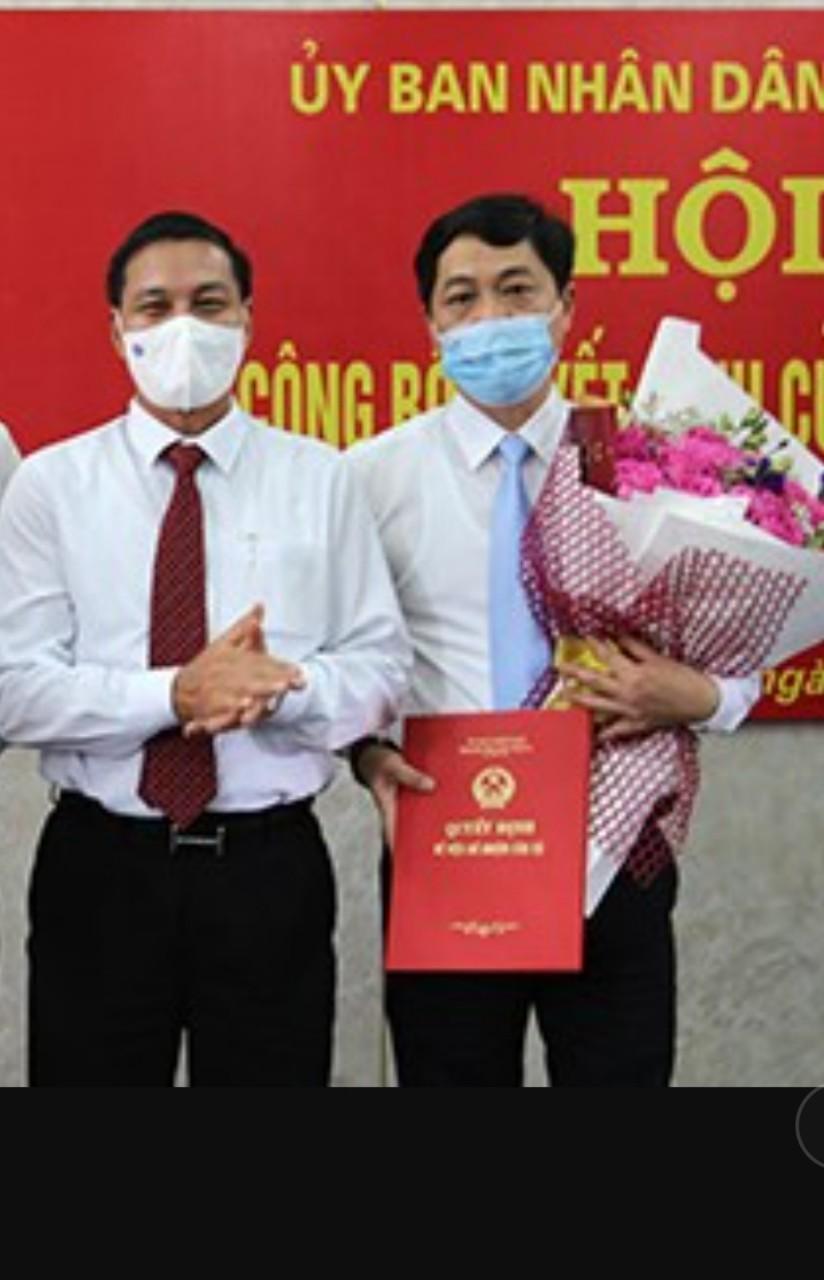 Chủ tịch UBND thành phố Nguyễn Văn Tùng trao Quyết định bổ nhiệm và tặng hoa chúc mừng đồng chí Đỗ Gia Khánh