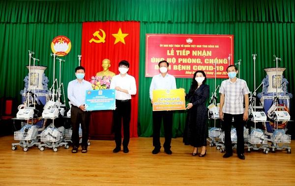 Theo bác sĩ Nguyễn Văn Bình (đứng giữa)– Phó Giám đốc Sở Y tế tỉnh Đồng Nai, bệnh nhân mắc Covid-19 sẽ dẫn tới suy hô hấp, nhưng nếu được hỗ trợ thở máy thì nguy cơ tử vong sẽ hạn chế và bệnh nhân có thể hồi phục sức khỏe