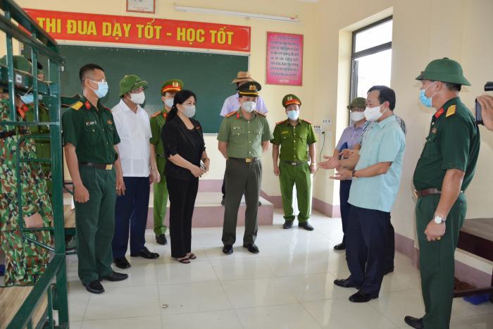 Đoàn công tác thăm cơ sở cách ly tập trung của huyện Phù Ninh