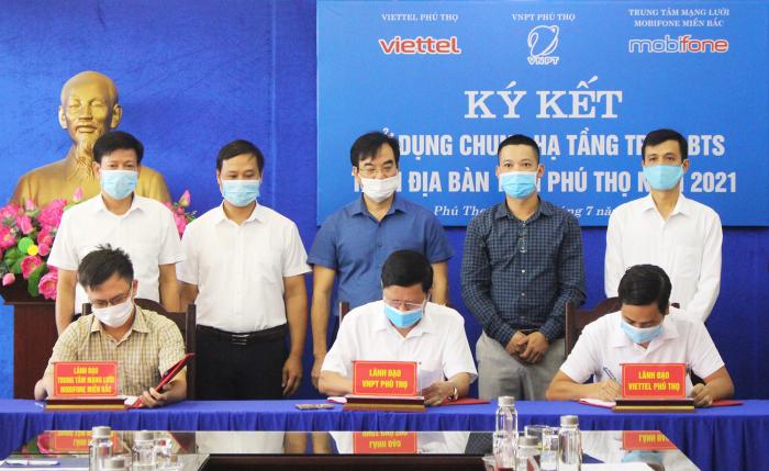 Lãnh đạo Sở thông tin và Truyền thông tỉnh Phú Thọ chứng kiến lễ ký kết của các đơn vị dùng trung trạm BTS tại Phú Thọ