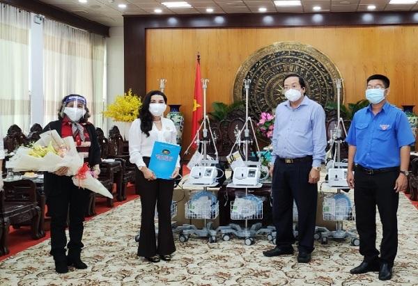 Được sự kết nối từ Hội đồng Đội Trung ương đến Tỉnh đoàn Long An, Quỹ từ thiện Kim Oanh trao tặng một số vật tư, trang thiết bị y tế cho tỉnh Long An
