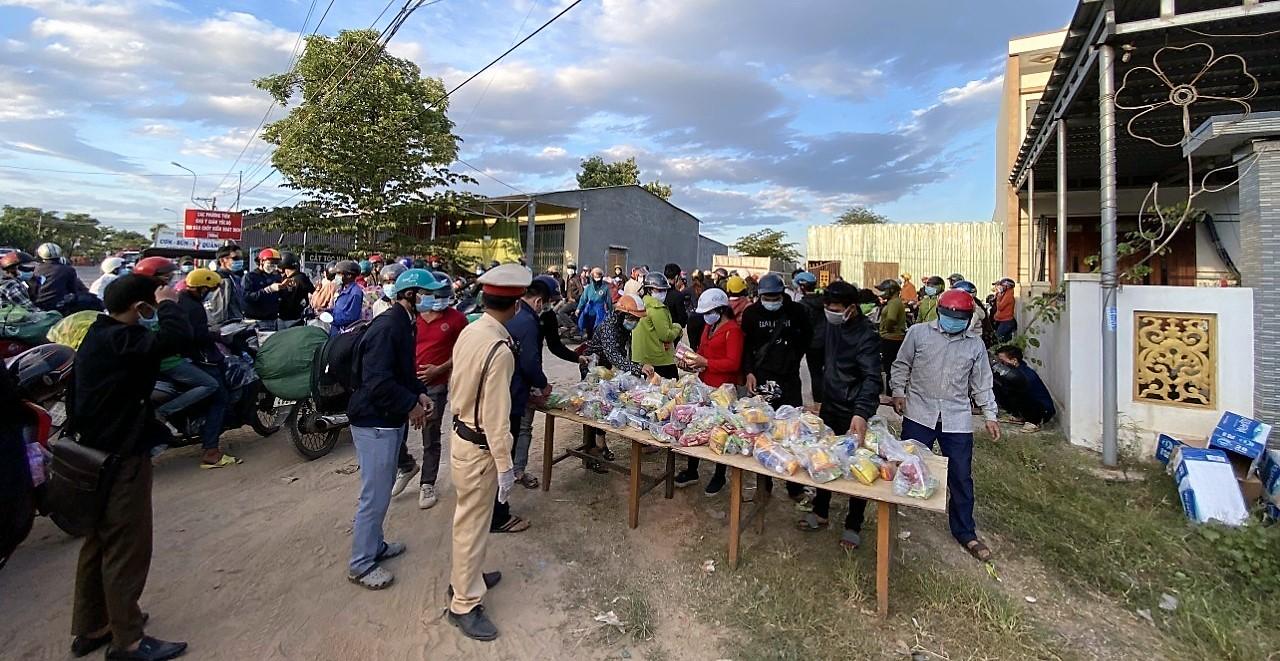 Trong những ngày qua, đi dọc đường khi đến chốt kiểm dịch y tế, lực lượng cảnh sát giao thông cùng với các lực lượng chức năng và một số nhà từ thiện tổ chức hỗ trợ rất nhiều