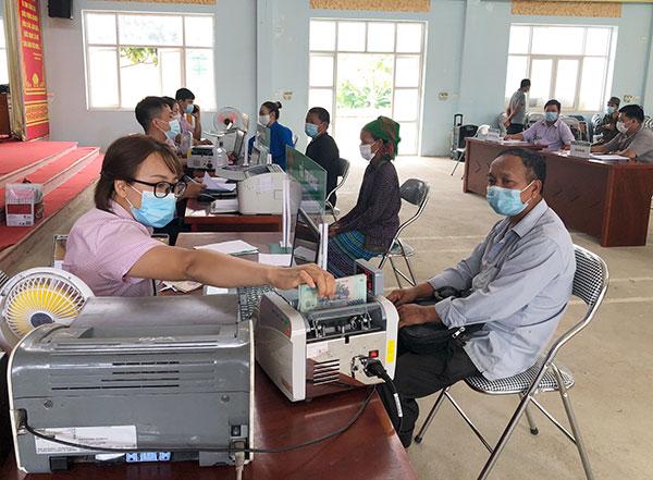 NHCSXH tỉnh Lào Cai giải ngân vốn ưu đãi cho người dân trong mùa dịch COVID-19