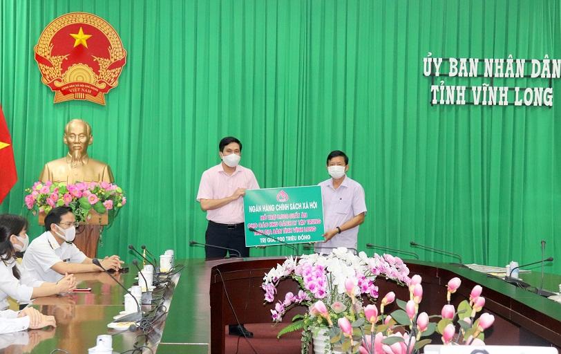 Đại diện Chi nhánh NHCSXH tỉnh Vĩnh Long đã trao số tiền 200 triệu đồng cho UBND tỉnh để hỗ trợ tuyến đầu chống dịch