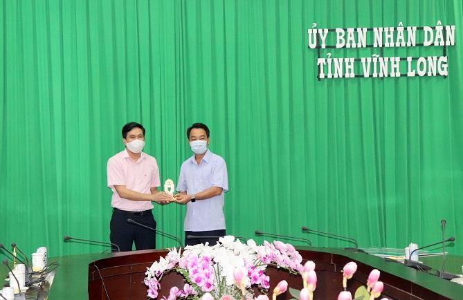 ông Lữ Quang Ngời – Chủ tịch UBND tỉnh Vĩnh Long (bên phải), tặng biểu trưng của UBND tỉnh Vĩnh Long cảm ơn các Doanh nghiệp đã đóng góp hỗ trợ cho người dân bị ảnh hưởng bởi dịch Covid-19