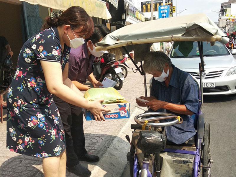 Người bán vé số dạo ở Vĩnh Long, người bị ảnh hưởng rất lớn bởi dịch Covid-19 rất cần sự hỗ trợ nhằm giảm bớt phần nào khó khăn trong cuộc sống. (Ảnh: nhandan.vn)