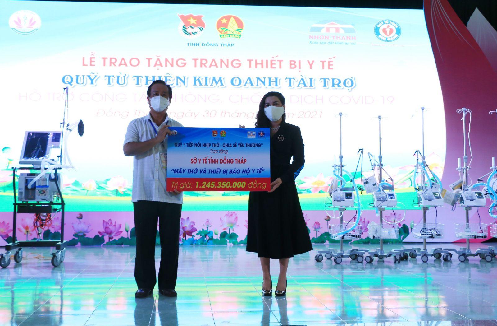 Bà Đặng Thị Kim Oanh - Chủ tịch Hội đồng quản lý Quỹ từ thiện Kim Oanh chia sẻ khó khăn, vất vả của ngành y tế và trao bảng tượng trưng cho lãnh đạo UBND tỉnh Đồng Tháp