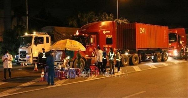 Phương tiện đi vào TP Hồ Chí Minh qua một chốt kiểm soát dịch COVID-19