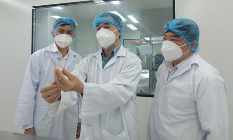 """Bộ Y tế xem xét cấp phép trong tình trạng khẩn cấp vắc-xin phòng COVID-19 """"Made in VietNam"""""""
