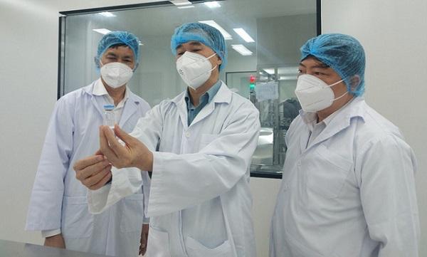 GS.TS Trần Văn Thuấn, kiểm tra vaccine của Công ty cổ phần Công nghệ sinh học dược Nanogen