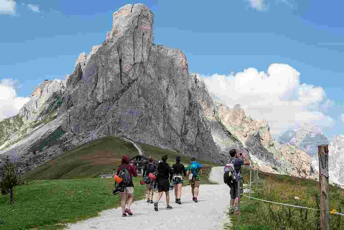Du khách leo núi Dolomites