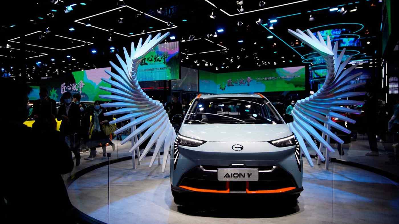 Một chiếc xe điện của Tập đoàn GAC của Trung Quốc đã lên sân khấu tại triển lãm Auto Thượng Hải vào tháng 4. Trung Quốc vừa là cơ sở sản xuất vừa là thị trường cho các thành phần cốt lõi của EV. © Reuters