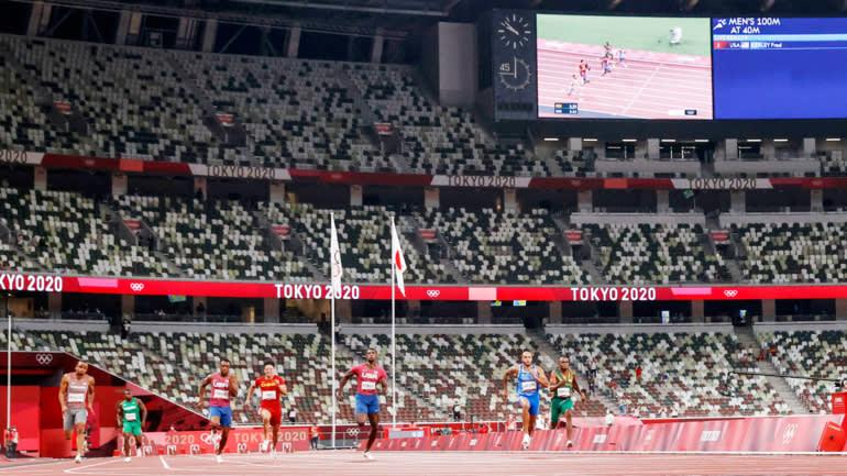 Các vận động viên thi đấu căng thẳng tại Sân vận động Olympic không có khán giả vào ngày 2 tháng 8. (Ảnh của Hirofumi Yamamoto)