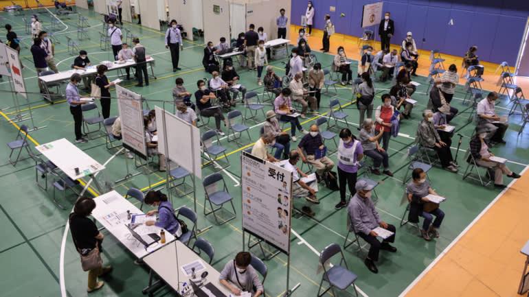 Mọi người chờ đợi để được tiêm phòng ở tỉnh Aichi của Nhật Bản vào tháng 5. (Ảnh của Yuki Nakao)