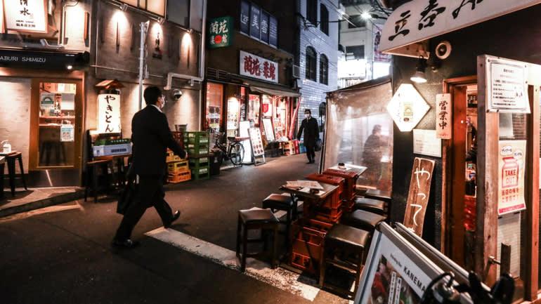 Một con phố nhà hàng ở Tokyo gần như không có người trong tình trạng khẩn cấp. (Ảnh của Yuki Kohara)