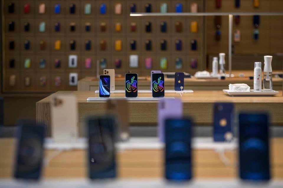 Iphone của Apple được trưng bày trong cửa hàng (Nguồn: GETTY IMAGES)