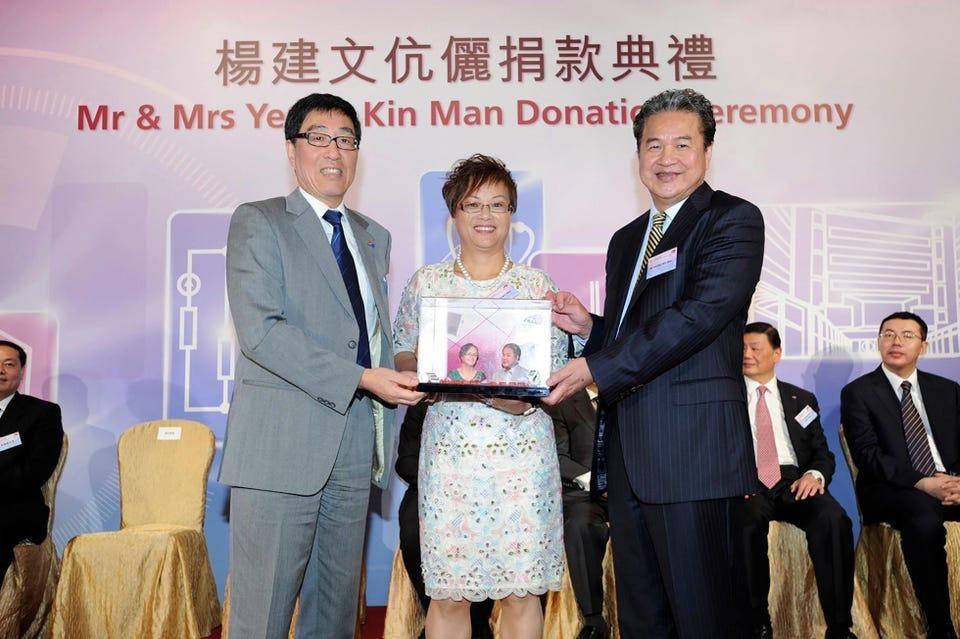 Yeung Kin-man (phải) và Lam Wai-ying (giữa) nhận một món quà từ Đại học Thành phố Hồng Kông sau khi họ quyên góp 26 triệu USD cho trường đại học vào năm 2015 (Nguồn: GETTY IMAGES).