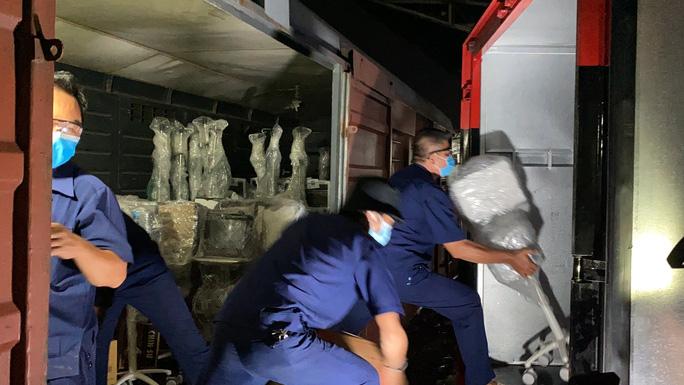 Lúc 20 giờ ngày 2-8, tại Ga Sài Gòn, chuyến tàu chở hơn 10 tấn thiết bị y tế từ Hà Nội đã vận chuyển đến TP HCM.