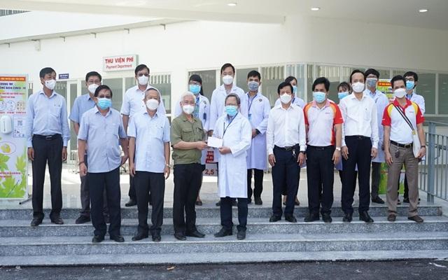 Ông Nguyễn Văn Lợi động viên lực lượng y, bác sĩ Trung tâm Y tế huyện Bắc Tân Uyên