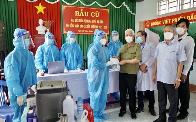 Ông Nguyễn Văn Lợi thăm, động viên và tặng quà lực lượng đang thực hiện công tác tiêm chủng vắc xin phòng Covid-19 trên địa bàn huyện Bắc Tân Uyên