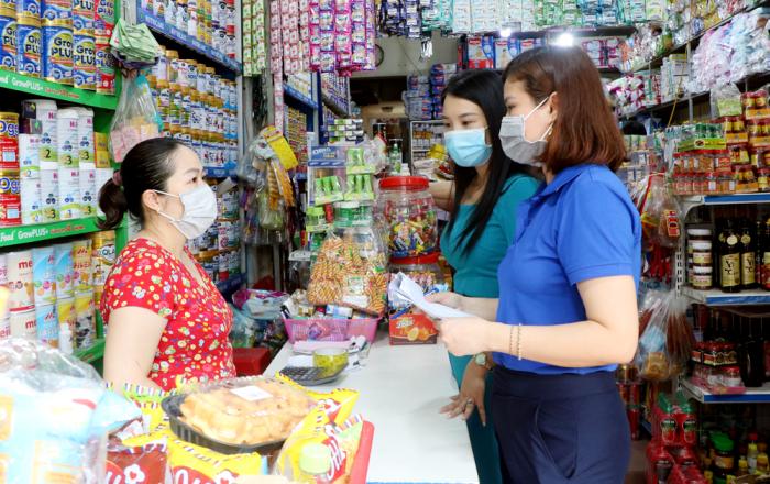 Điều tra viên phường Minh Phương, thành phố Việt Trì thu thập dữ liệu tại một cửa hàng tạp hóa