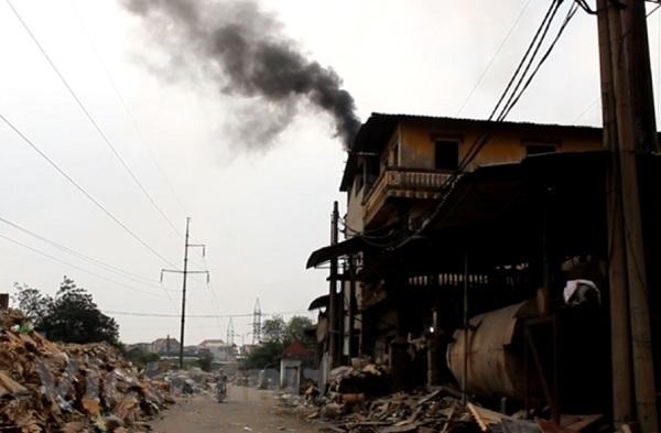 Đốt rác thải công nghiệp chưa qua xử lý, làng nghề Phong Khê