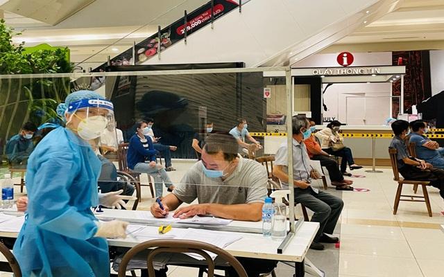 Thường trực Tỉnh uỷ Bình Dương yêu cầu ngành Y tế phải thực hiện ngay việc tiêm vắc xin với tốc độ nhanh nhất. (Hình Đỗ Trường – Báo Thanh Niên)