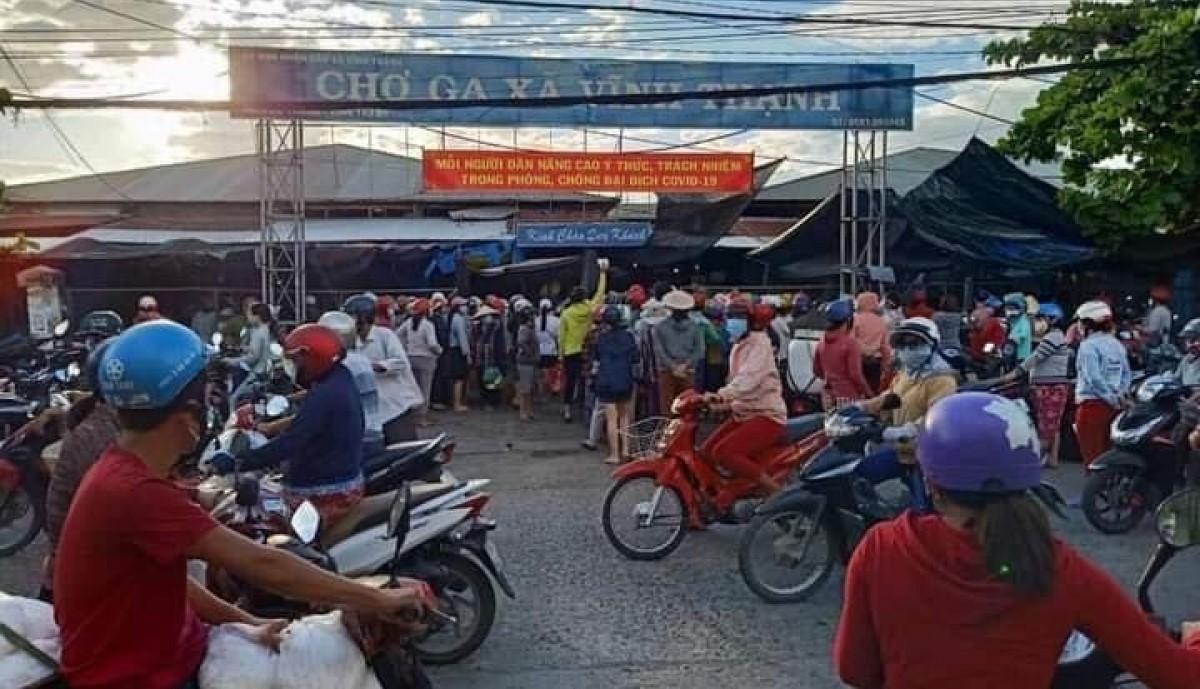 Chợ Vĩnh Thanh cũng như nhiều chợ khác đông kín người khi nghe tin TP.Nha Trang sẽ phong tỏa./ Nguồn ảnh VOV
