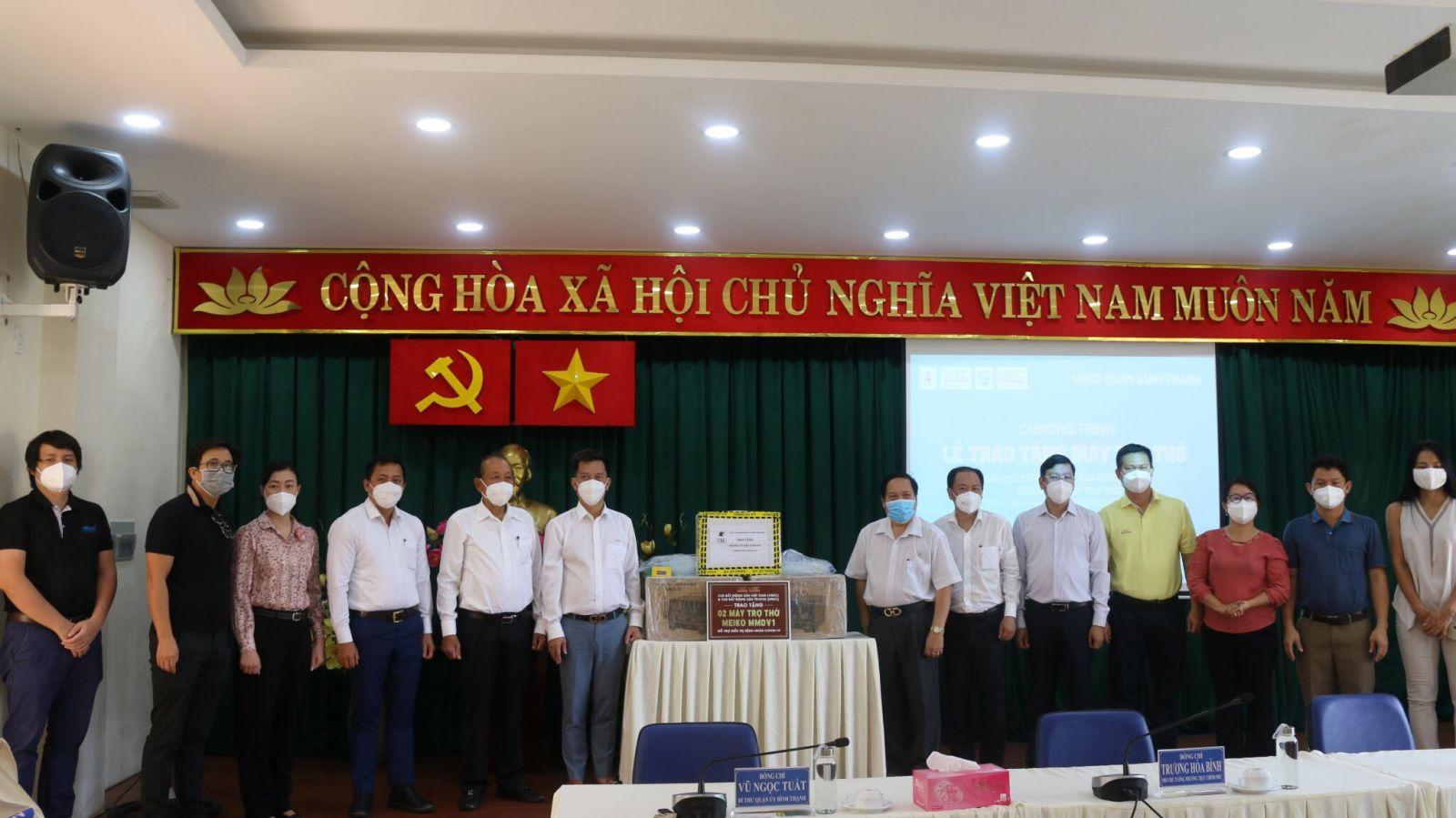 Đoàn công tác VREC & HREC trao tặng 2 máy trợ thở đầu tiên cho Bệnh viện dã chiến quận Bình Thạnh