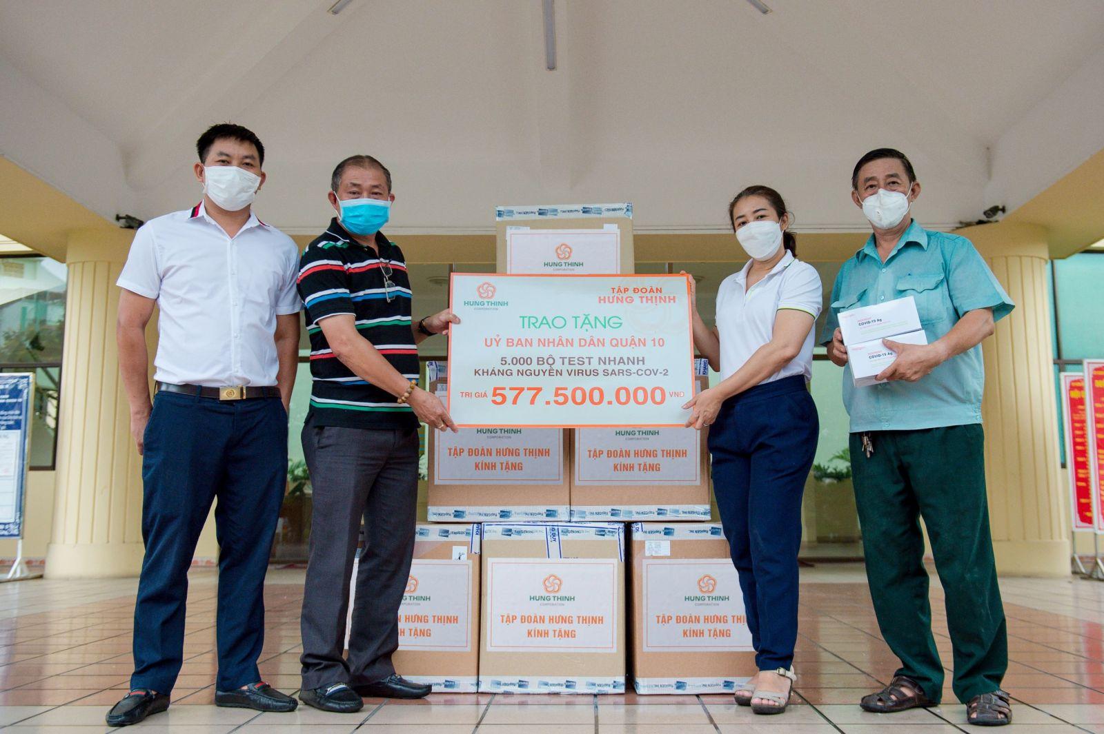 Đại diện Tập đoàn Hưng Thịnh trao tặng 5.000 bộ kit xét nghiệm SARS-CoV-2 cho đại diện UBND Quận 3, TP.HCM