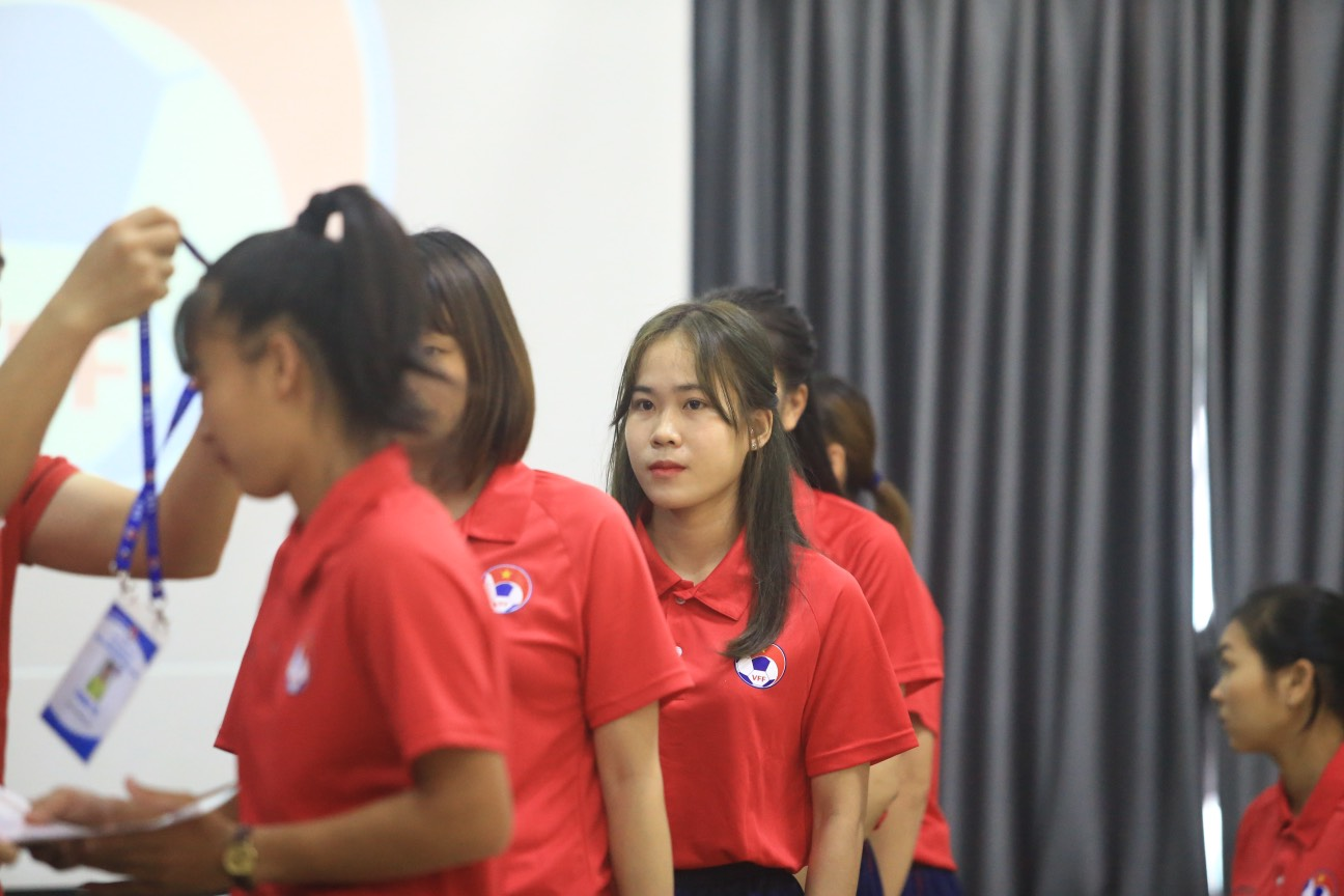 Bùi Thị Hương Thảo là trọng tài trẻ sinh hoạt ở LĐBĐ TP.HCM, cô sinh năm 1997, tức là năm nay mới 24 tuổi, nằm trong nhóm các trọng tài trẻ nhất ở đợt tập huấn lần này.