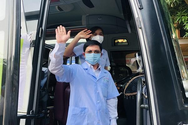 Thầy giáo Lê Văn Thủy, giáo viên trường Cao đẳng Y Dược Hợp Lực, trưởng đoàn chào tạm biệt để lên đường