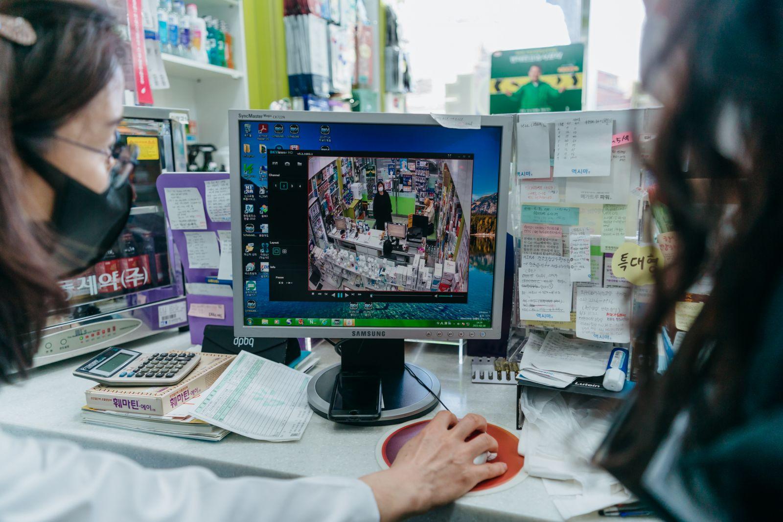 Những cán bộ làm công tác truy vết ở Hàn Quốc đang xem xét hình ảnh camera của một hiệu thuốc, nơi có một người bị dương tính với COVID-19 ghé thăm trước đó. Ảnh: Vox.com