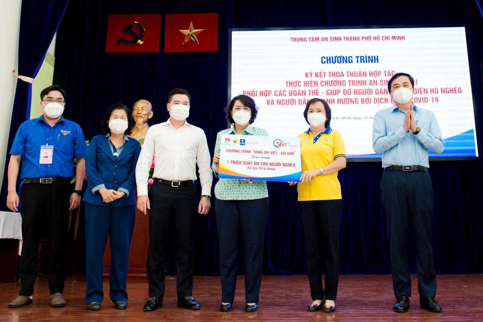 Ông Nguyễn Đình Trung - Chủ tịch Tập đoàn Hưng Thịnh (thứ ba từ trái qua) cùng BTC chương trình