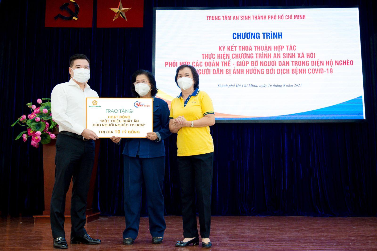 Ông Nguyễn Đình Trung trao biểu trưng 10 tỷ đồng cho bà Vũ Kim Hạnh - Chủ tịch Hội Doanh nghiệp Hàng Việt Nam chất lượng cao, đại diện BTC chương trình