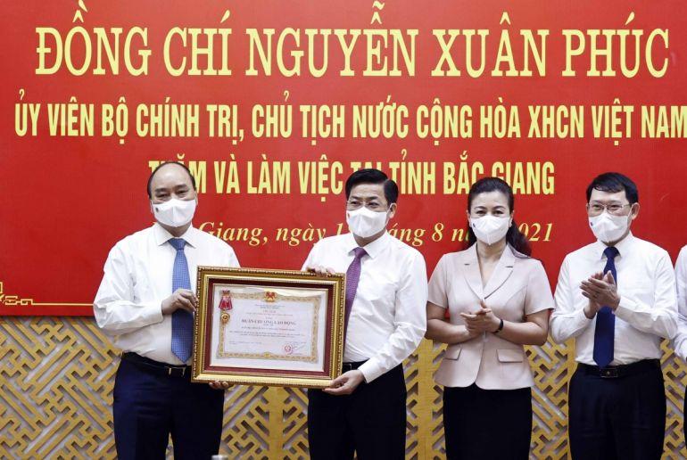 Trao Huân chương Lao động hạng Ba cho tỉnh Bắc Giang vì thành tích xuất sắc trong phòng, chống dịch