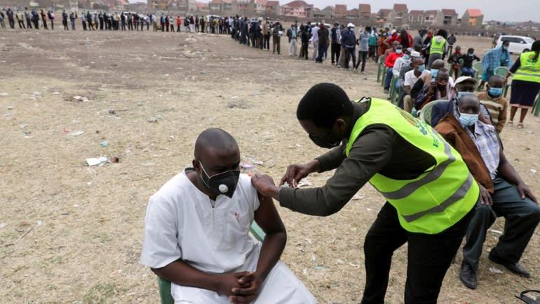Chiến dịch tăng cường tiêm chủng của các quốc gia phương Tây châm ngòi cho cuộc tranh luận về công bằng vắc xin