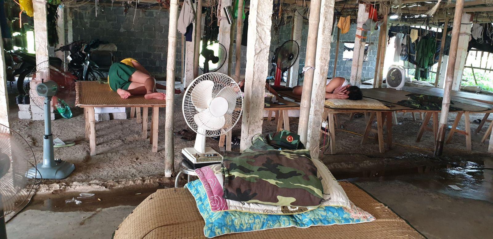 2. Tại chốt sông Hóa, anh em ái ngại ăn ngủ nhờ ở cơ sở trồng nấm không biết đến bao giờ