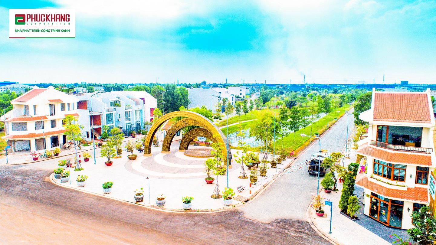 Cổng chào Lạc Việt tọa lạc ngay đại lộ chính dẫn vào khuôn viên dự án