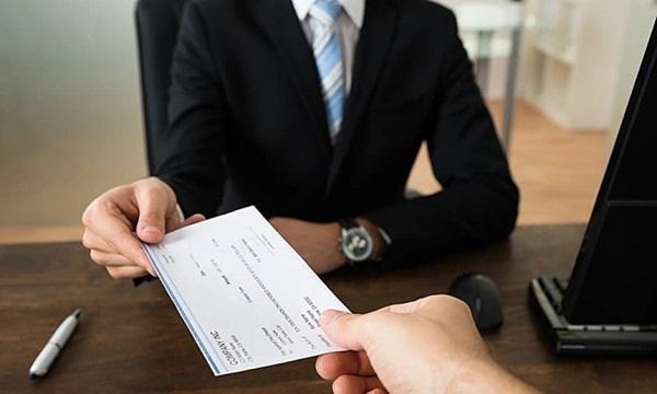 Theo quy định tại Điều 94 Bộ luật Lao động 2019, người sử dụng lao động có trách nhiệm trả lương trực tiếp, đầy đủ và đúng thời hạn. Thậm chí, nếu người lao động không thể nhận lương trực tiếp thì người sử dụng lao động có thể trả lương cho người được người lao động ủy quyền hợp pháp