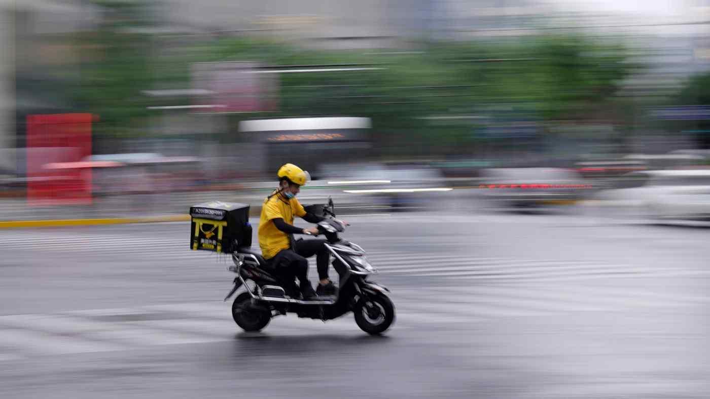 Trong khi một số nhân viên tại các công ty công nghệ lớn vui mừng vì giờ đây họ đã có những ngày cuối tuần trọn vẹn, thì những công nhân bấp bênh hơn của Trung Quốc phải đối phó với điều kiện làm việc tồi tệ và thiếu các biện pháp bảo vệ lao động toàn diện. © Reuters