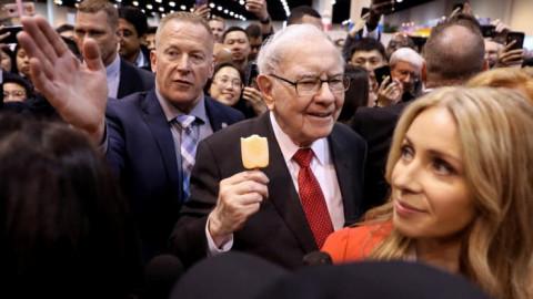 Bước sang tuổi 91, Warren Buffett chuẩn bị cho Berkshire Hathaway hội nhập nền kinh tế mới