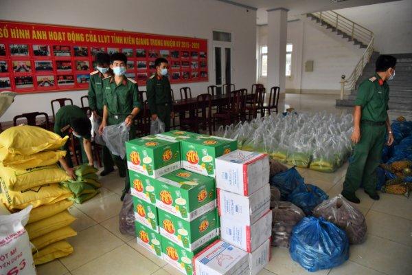 Các chiến sĩ chuẩn bị hàng hóa vận chuyển lên TP Hồ Chí Minh