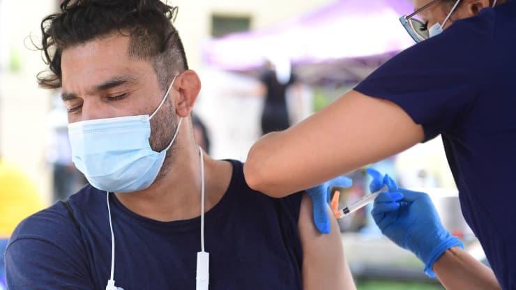 """Vắc xin Covid-19 duy trì """"hiệu quả đáng kinh ngạc"""", bất chấp biến thể Delta vẫn đang hoành hành"""