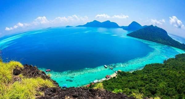 Langkawi nằm ở phía Bắc Malaysia, cách trung tâm thủ đô Kuala Lumpur khoảng 1 giờ bay. Bên cạnh vẻ ngoài quyến rũ với những bãi biển tuyệt đẹp, Langkawi còn thu hút đông đảo du khách với những khu mua sắm sầm uất. Đặc biệt hơn, tất cả hàng hóa ở đây đều được miễn thuế. Ảnh: bizwizaviation
